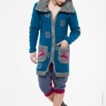 Płaszcz z poduszkowym kołnierzem, wykonany ręcznie z kolorowej mieszanki wełny, ozdobiony kolorowymi motywami skandynawskimi.