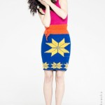 Spódnica wykonana ręcznie z kolorowej mieszanki wełny, ozdobiona kolorowymi motywami skandynawskimi.