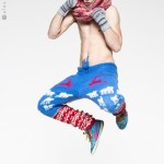 Spodnie z obniżonym krokiem, wykonane ręcznie z kolorowej mieszanki wełny, ozdobione motywami skandynawskimi.