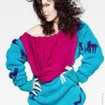 Sweter z warkoczowym kapturem wykonany ręcznie z kolorowej mieszanki wełny, ozdobiony motywami skandynawskimi.
